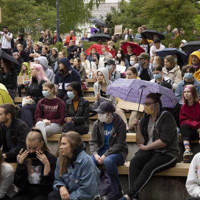 Ihmisiä rasisminvastaisessa mielenosoituksessa Jyväskyän Lounaispuistossa.