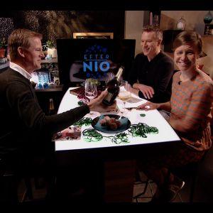 Kenneth Nars serverar bubbel till Sonja Kailassaari och Mårten Svartström.