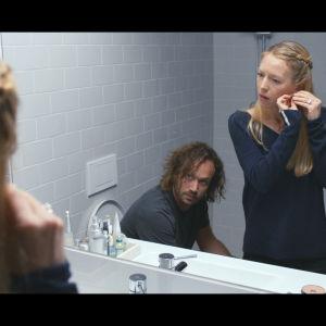 Skådespelarna Elmer Bäck och Linda Zilliacus i kortfilmen Språkfrågan.