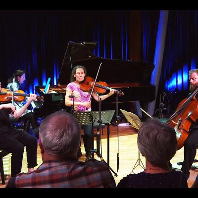 Pekka Kuusisto, viulu, Angela Hewitt, piano, Malin Broman, alttoviulu ja Tomas Djupsjöbacka, sello, Meidän festivaalin konsertissa Järvenpään Kallio-Kuninkalassa 28.7.2016.