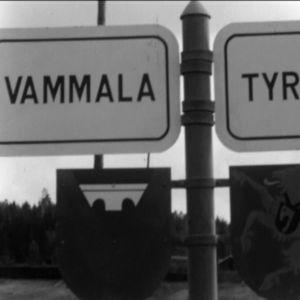 Vammalan ja Tyrvään kuntien välinen raja, kuntien kyltit tolpassa vuonna 1967. Ohjelmasta Uusi uljas kunta 1967.