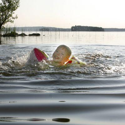 Simmande barn