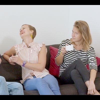 Mårten, Malin och Sonja sitter i en soffa.