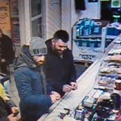 Två män står vid en betjäningsdisk i en servicestation. De är misstänkta för inbrott.