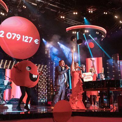 Nenäpäivä-keräyksen tulos julkistettiin Tampereen Mediapoliksessa. Lavalla Nenäpäivä-ohjelman juontajat Janne Kataja ja Susanna Laine sekä joukko esiintyjiä.