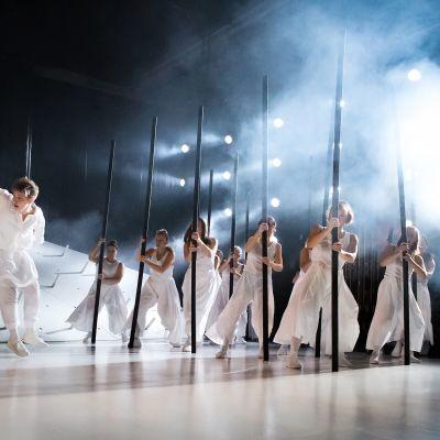 Kalevala-tuotannon esiintyjiä lavalla.