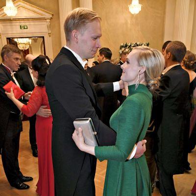 Inrikesminister Maria Ohisalo och Miika Johansson på Slottsbalen.