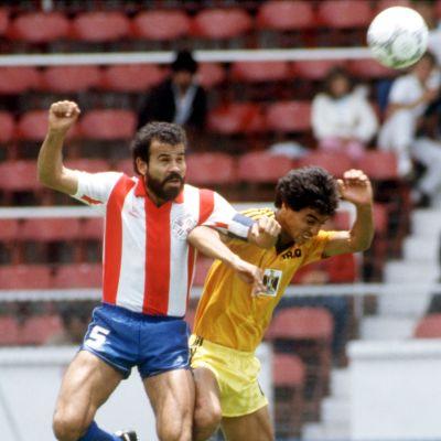 Paraguayn Rogelio Delgado (vas.) ja Irakin Ahmed Radhi (oik.) taistelevat pääpallosta vuoden 1986 MM-kisoissa.