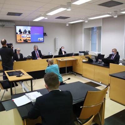 Kuopion bussiturman oikeuskäsittely on alkamassa Pohjois-Savon käräjäoikeuden salissa.