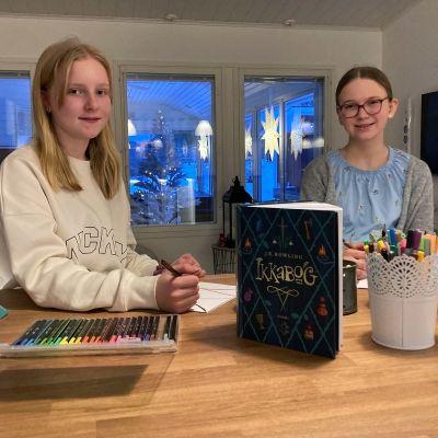Torniolaiset Emma-Lotta Konttajärvi ja Stella Svenn saivat piirroksensa mukaan J.K. Rowlingin teoksen Ikkabog Suomen painokseen.