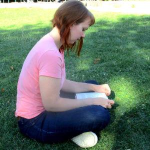Blogaaja Maria Carole lukee Aapelin Pikku Pietarin pihaa.