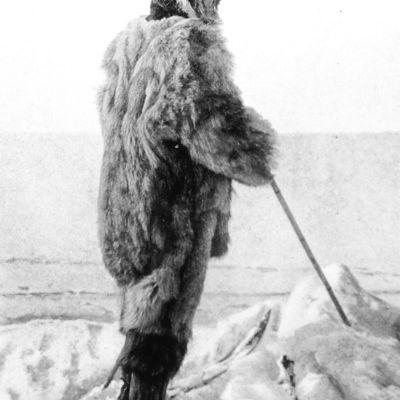 Den norske polarforskaren Roald Amundsen vid Svartskog, Bunnefjorden, 7 mars 1909 klädd i päls.