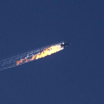 Stridsplan störtar efter nedskjutning vid turk-syriska gränsen.
