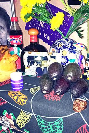 Fotografier, Coca-Cola åt mormor, blommor, brännvin, stearinjus och avokado hör till det som pryder altaret.