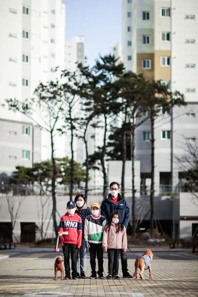 När man tittar ut från deras fönster möts man av oändliga rader med 30- och 40-våningar höga bostadshus. Överallt i Korea finns dessa bostadskomplex. Har man sett en lägenhet har man sett alla.