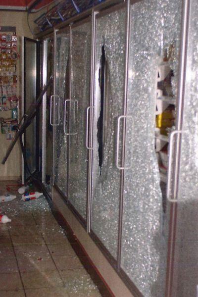 En söderskjuten glasdörr på en bensinstation 2002