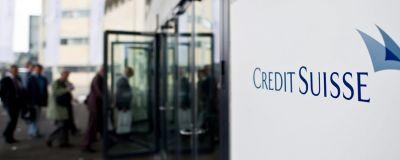 """Skylt där det står """"Credit Suisse""""."""