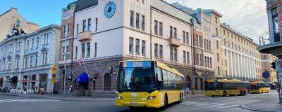 Buss nummer sex i korsningen mellan Auragatan och Slottsgatan i Åbo.