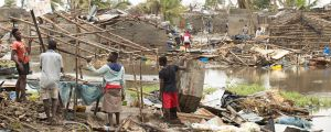 Människor röjer upp efter stormen Idai i Moçambique.
