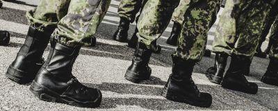 Svarta läder skor på beväringarna i militären.