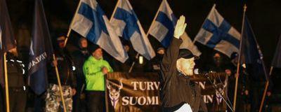 En man gör nazisthälsning under Soldiers of Odins demonstration.