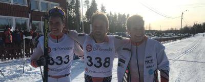 Bröderna Mäenpää jublar efter målgång.