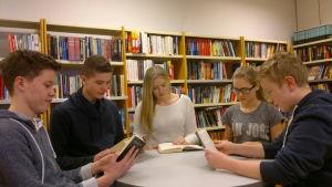 Claes Karlsson, Max Nurmi, Jenny Isaksson, Fanny von Schantz och Nikke Saarinen har läsdag. Saarinen har valt en bok om homosexuella som dödades i Auschwitz.