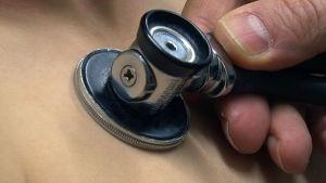 stetoskoopilla kuunnellaan sydäntä