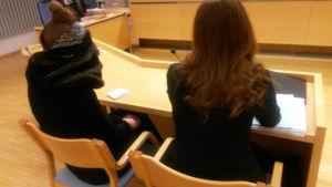 Den dömda kvinnan tillsammans med sin advokat under rättegången i juni 2016.