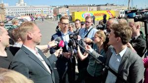 Alexander Stubb informerar pressen på,Salutorget i Helsingfors.