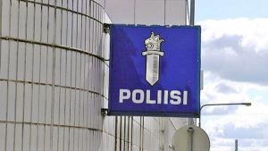 Polisens skylt utanför polishuset i Tammerfors.