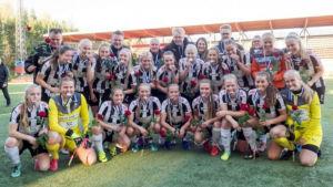 TPS damlag poserar efter att ha vunnit silver i FM-ligan 2016.