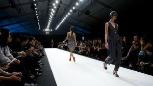 Modeller på en catwalk. Moda Lisboa 2008.