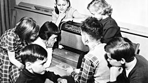 Barn som lyssnar på radio.