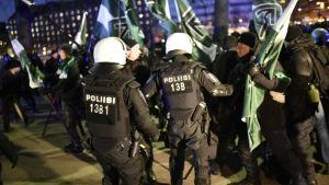 Poliser drabbar samman med Finska motståndsrörelsen