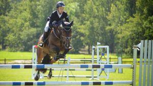 Axel Nyman hoppar med sin häst Rockstar