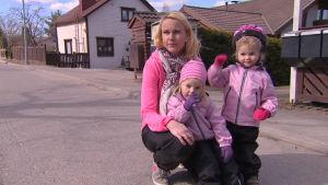 2,5 vuotiaat Enni ja Ilona sekä äiti Hanna Lenkola.