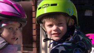 Nelivuotiaat Maisa ja Veikka pitivät potkupyöriä aluksi lapsellisina.