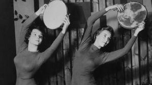 Kaksi naista tamburiinin kanssa