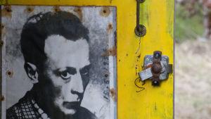 Ungdomsbild av Elis Sinistö på dörren i Villa Mehu
