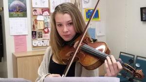 Mikaela Railo soittaa viulua