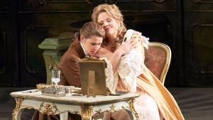 Sophie Koch (Octavian) ja Renée Fleming (Marsalkatar) Wienin valtionoopperan Ruusuritarissa
