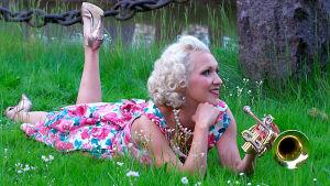 svensk artist gundhil carling i gräset