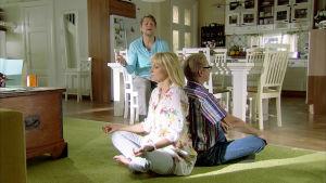 Sami ohjaa Minnaa ja Askoa.