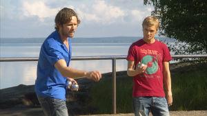 Niklas ja Aleksi pelaa petankkia