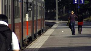 Passagerare på en järnvägsplattform