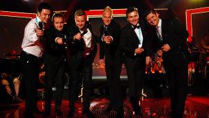Kuusi miestä lavalla