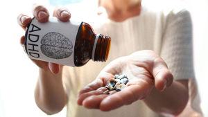 Adhd-lääkkeitä purkista käteen.