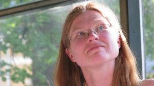 Andrea Hynynen har sin akademiska bakgrund i franska språket och litteraturen, men efter hon doktorerade bytte hon ut den högre litteraturen mot franska deckare.
