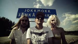 Kitok och två polare framför skylten till Jokkmokk.